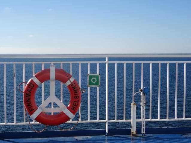 Ostsee mit Geländer und Rettungsring ©Foto: Tarja Prüss | Tarjas Blog - Reiseblog Finnland