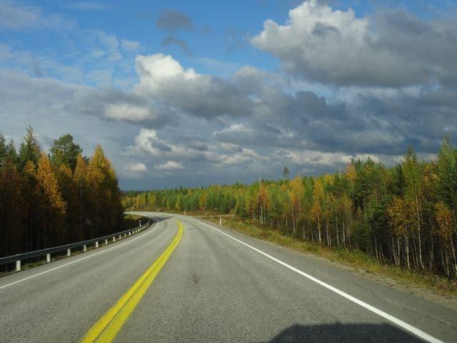 Endlose und leere Straßen in Finnland. Herbst ©Foto: Tarja Prüss | Tarjas Blog - Reiseblog Finnland