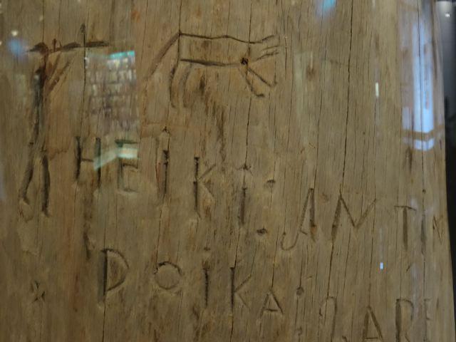 Finnland: Siida Museum -Detail: Schnitzereien im Holz (copyright: Tarja Prüss)