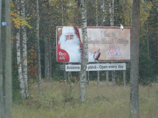 Werbeschild für Weihnachtsmann - bei Rovaniemi am Polarkreis in Finnland ©Tarja Prüss