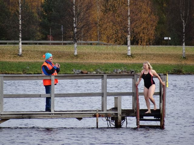 Winterschwimmen in Oulu: Frau steigt in kalten Fluss ©Foto: Tarja Prüss | Tarjas Blog - Alles über Finnland