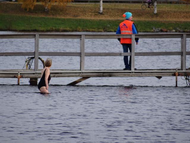 Winterschwimmen - Frau geht in den eiskalten Oulujoki Finnland ©Foto: Tarja Prüss | Tarjas Blog - Alles über Finnland