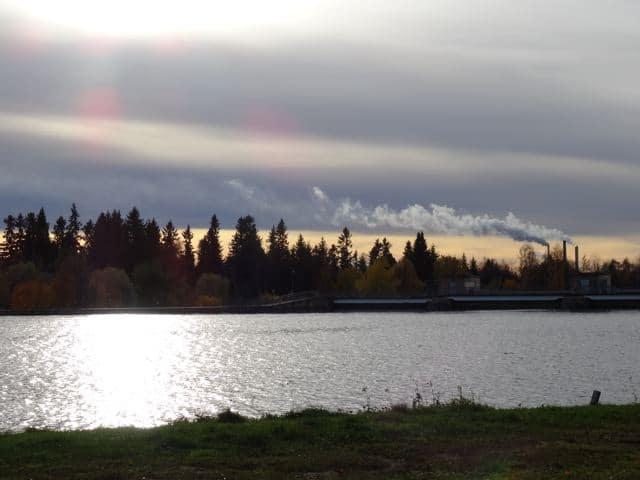 Der Oulujoki im Herbst - Sonne scheint aufs Wasser ©Foto: Tarja Prüss | Tarjas Blog - Alles über Finnland