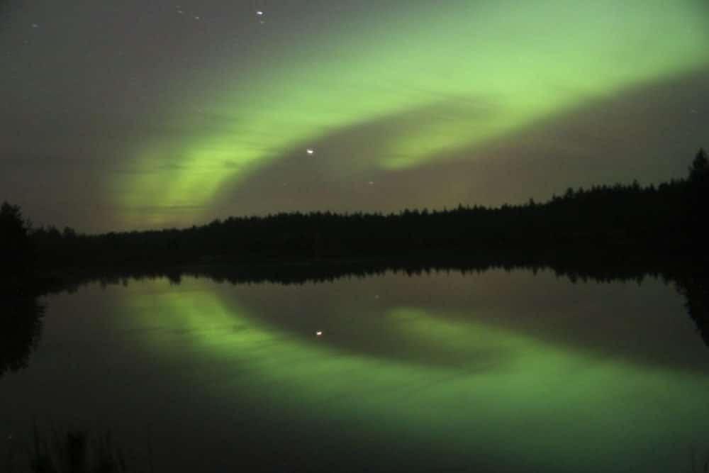 Polarlicht am Himmel, mit Spiegelung im See. Finnland ©tarja prüss | Tarjas Blog - Reiseblog Finnland