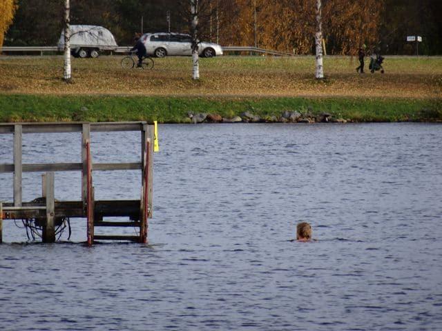 Winterschwimmen: Frau schwimmt im eiskalten Oulujoki Finnland im Oktober ©Foto: Tarja Prüss | Tarjas Blog - Alles über Finnland