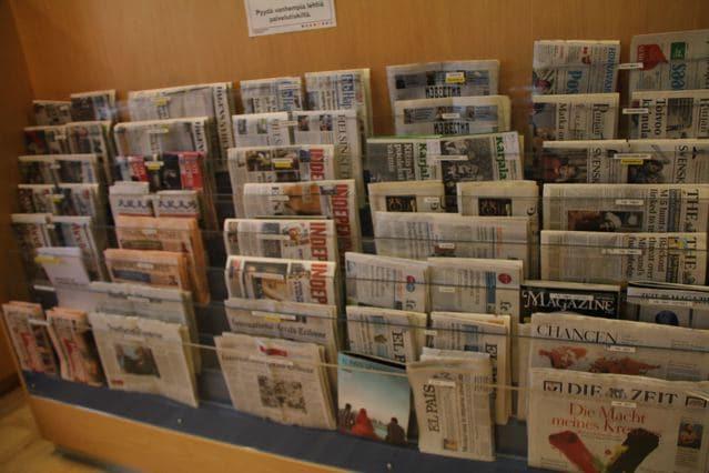 Zeitungsständer in der Bibliothek von Oulu Finnland ©Foto: Tarja Prüss | Tarjas Blog - Alles über Finnland
