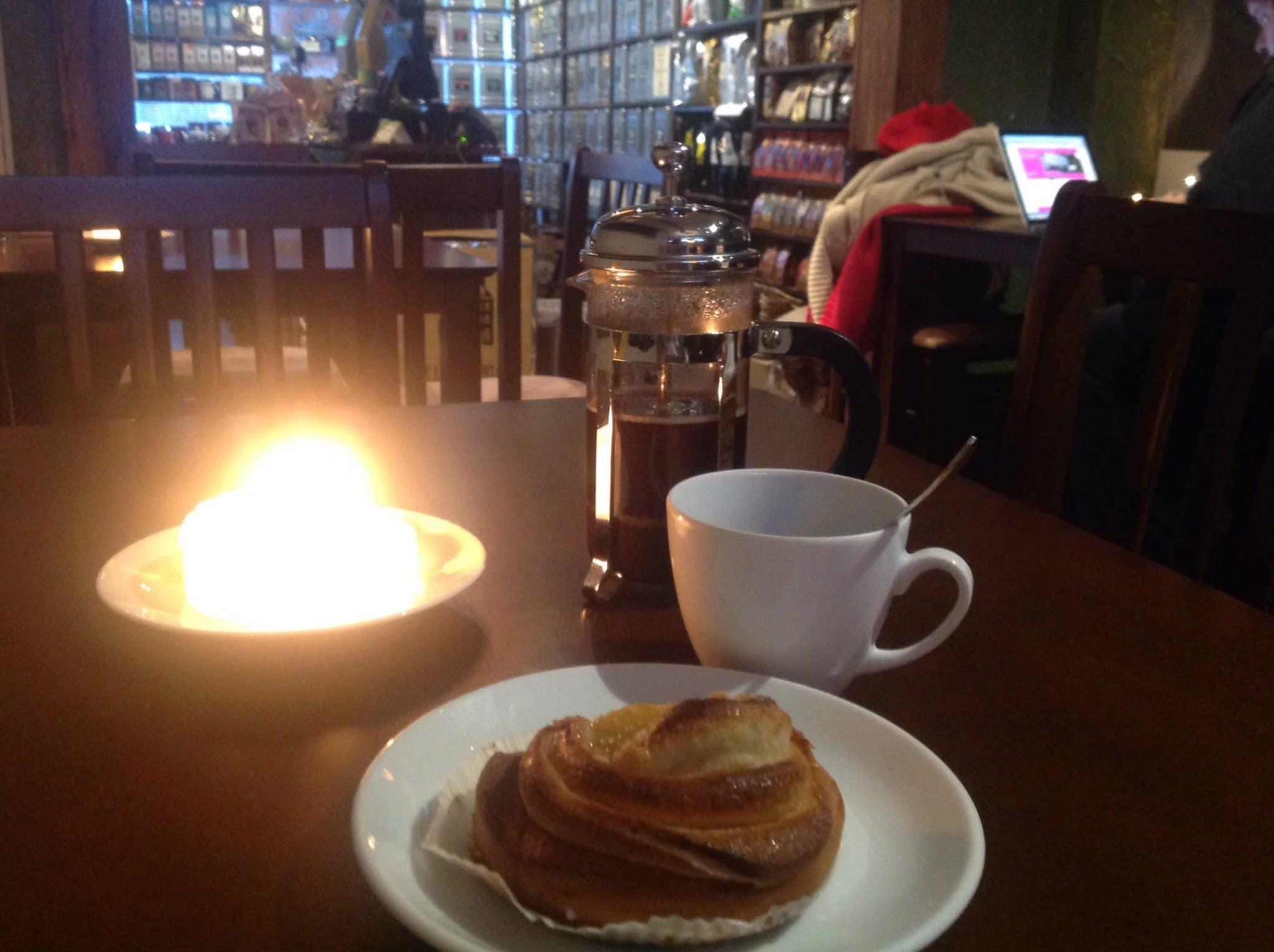 Einfach mal Pause: Kaffee und Korvapuusti im Café Kruda in Oulu