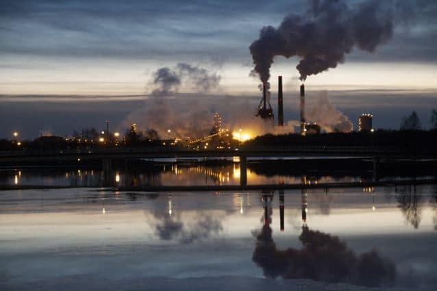 Dunkelheit in Finnland: Papierfabrik in Oulu, Finnland (copyright: Tarja Prüss)