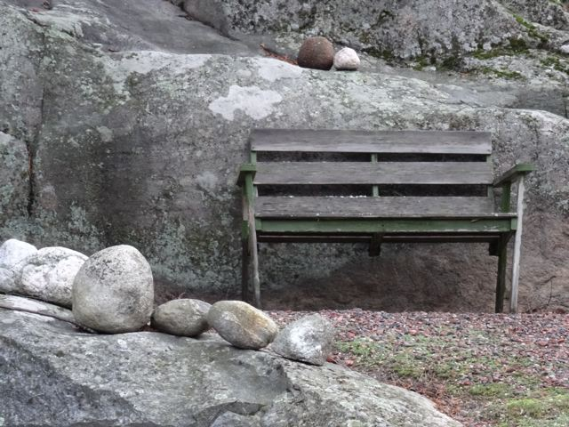 Holzbank mit Steinen im Vordergrund in Finnland ©Foto: Tarja Prüss | Tarjas Blog - Alles über Finnland