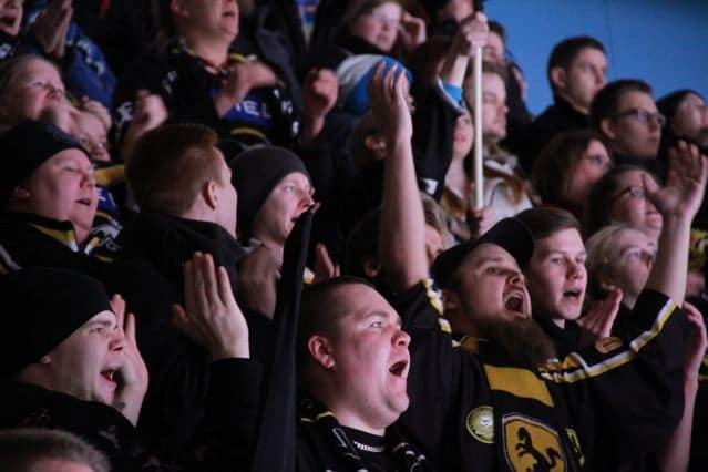 Eishockey Finnland: Fans von Kärpät Oulu (copyright: Tarja Prüss)