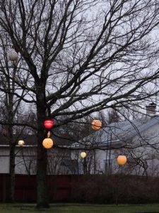 Weihnachtskugeln am Baum - in Rauma, Finnland (Tarja Prüss)