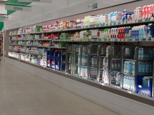 Finnland: Kühlregal mit Milchprodukten - Nationalgetränk der Finnen
