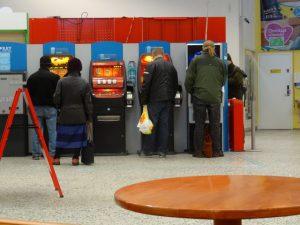 Menschen spielen an Automaten. Finnland. ©Foto: Tarja Prüss | Tarjas Blog - Alles über Finnland