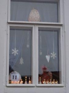 Weihnachtliche Dekoration in einem Fenster - in Rauma, Finnland (Foto: Tarja Prüss)