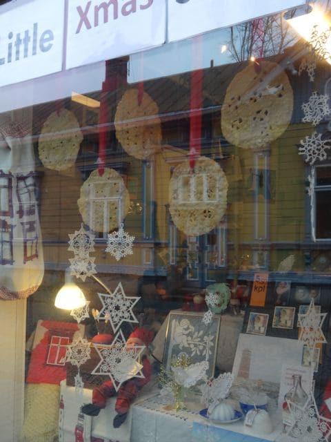 Weihnachtssterne im Schaufenster in Rauma, Finnland (Foto: Tarja Prüss)