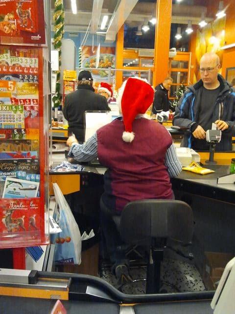supermarkt kassiererin mit zipfelmuetze