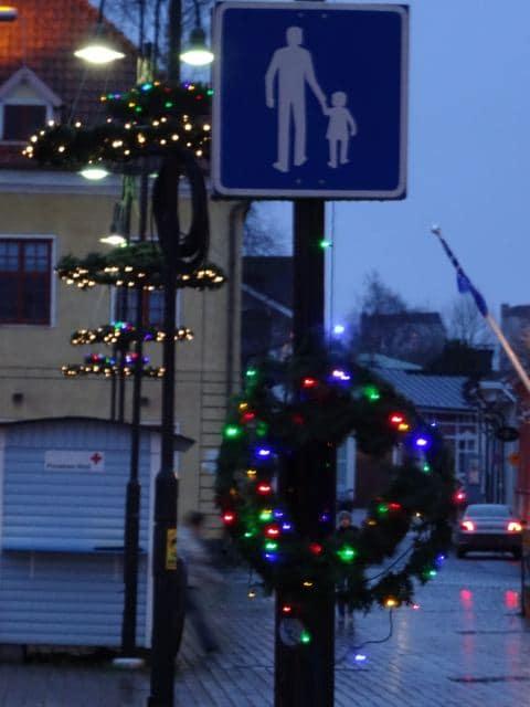 Weihnachtsdeko sogar an Verkehrsschildern - in Rauma, Finnland (Tarja Prüss)