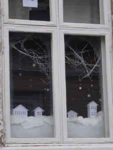 Winterliche Dekoration in einem Fenster - in Rauma, Finnland (Foto: Tarja Prüss)