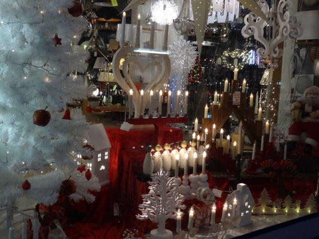 weihnachtskerzen im fenster