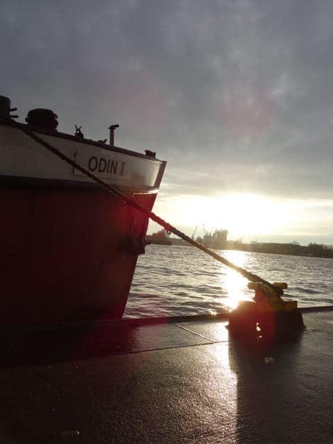 Was ist Heimat? Hamburg: Hafen: Schiff vor Anker im Gegenlicht (copyright: Tarja Prüss)