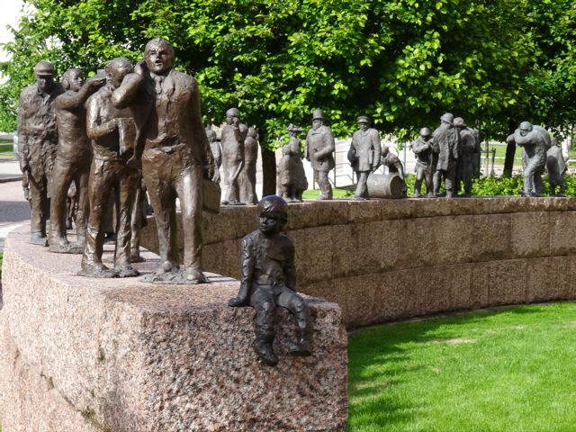 skulptur vor rathaus oulu