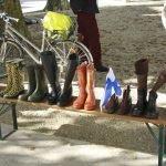 Gummistiefel Weitwurf Meisterschaft in Vorarlberg: Gummistiefel auf Bank stehend ©Foto: Tarja Prüss | Tarjas Blog - Alles über Finnland