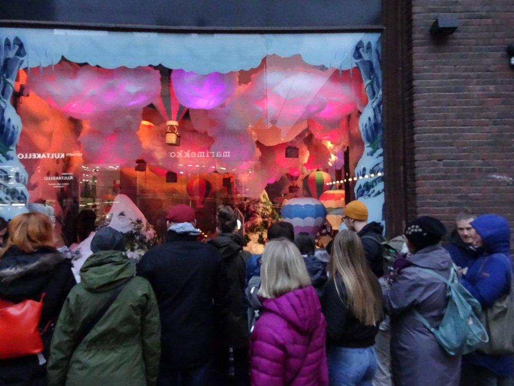 Weihnachtlich dekoriertes Schaufenster bei Stockmann in Helsinki Finnland ©Foto: Tarja Prüss | Tarjas Blog - Alles Über Finnland