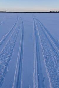 Schneemobilspuren, Lappland, Finnland © Tarja Prüss