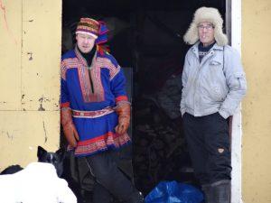 Lappland / Finnland: entspannte Lappen stehen an Scheunentor im Winter (copyright: Tarja Prüss)