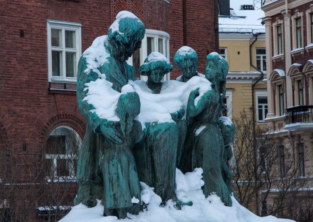 Helsinki im Winter: Statue eingeschneit © Tarja Prüss