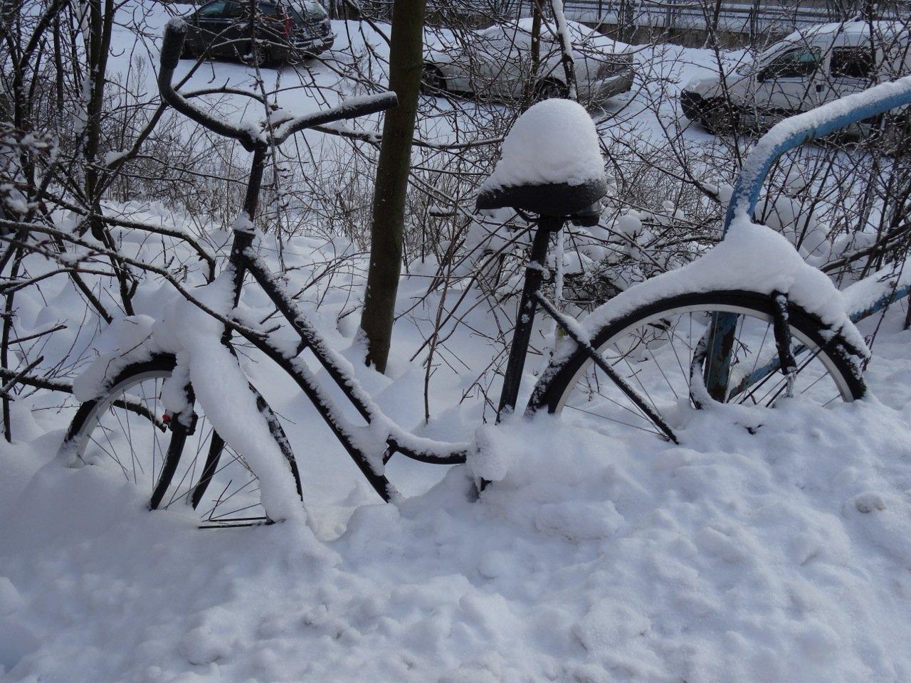 Eingeschneites Fahrrad Helsinki