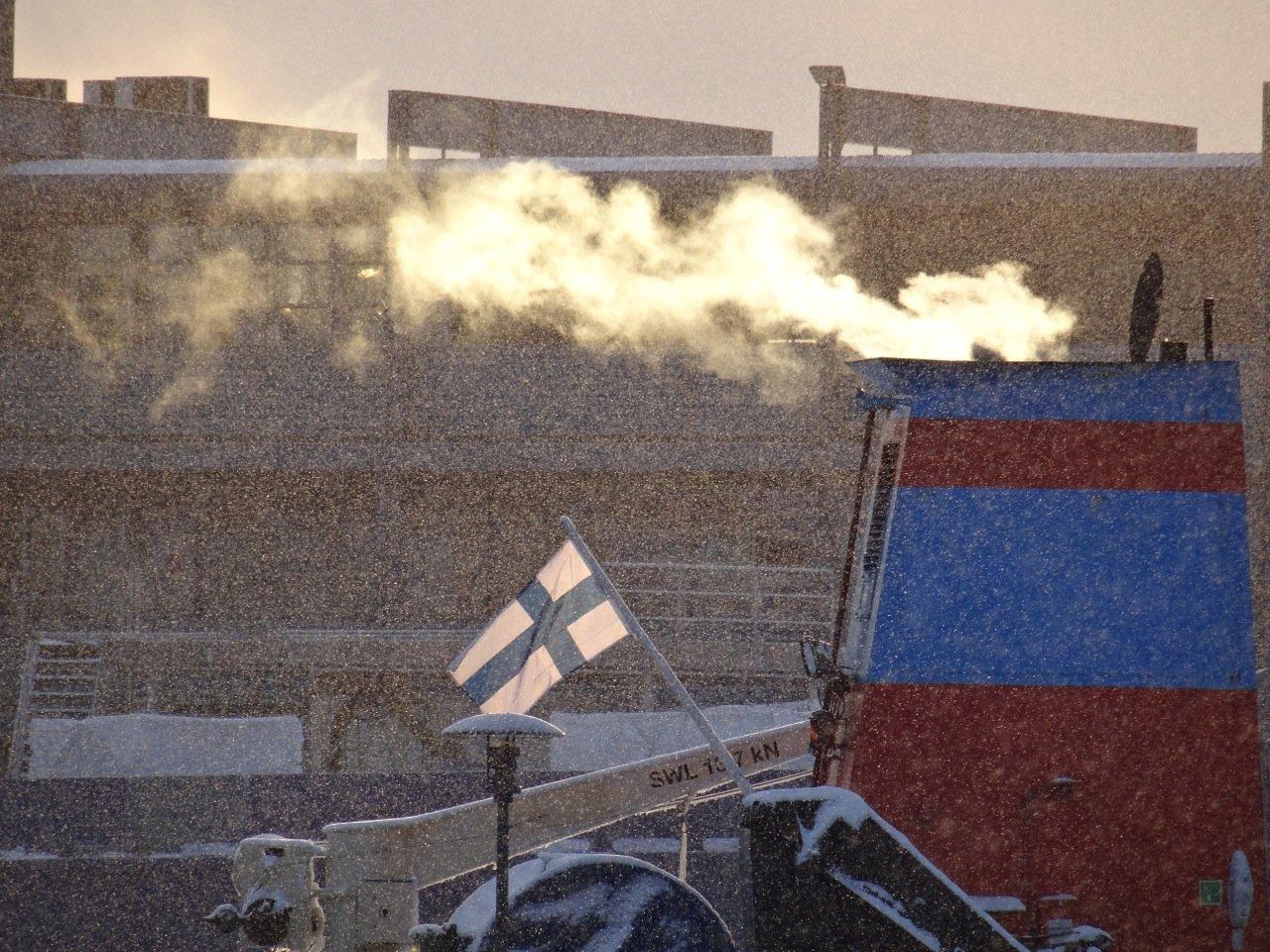 Leichter Schneefall in Helsinki. Finnische Fahne auf einem Fischerboot. Finland 2016 ©Tarja Prüss | Tarjas Blog - Reiseblog Finnland