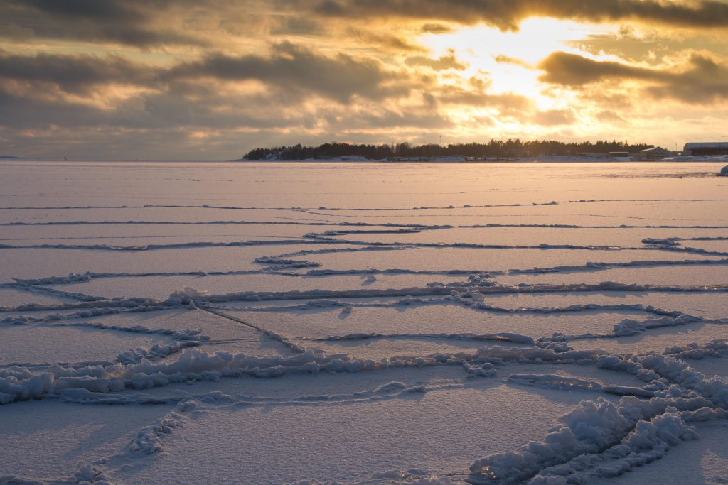 Helsinki im Winter: Sunset mit gefrorener Ostsee © Tarja Prüss