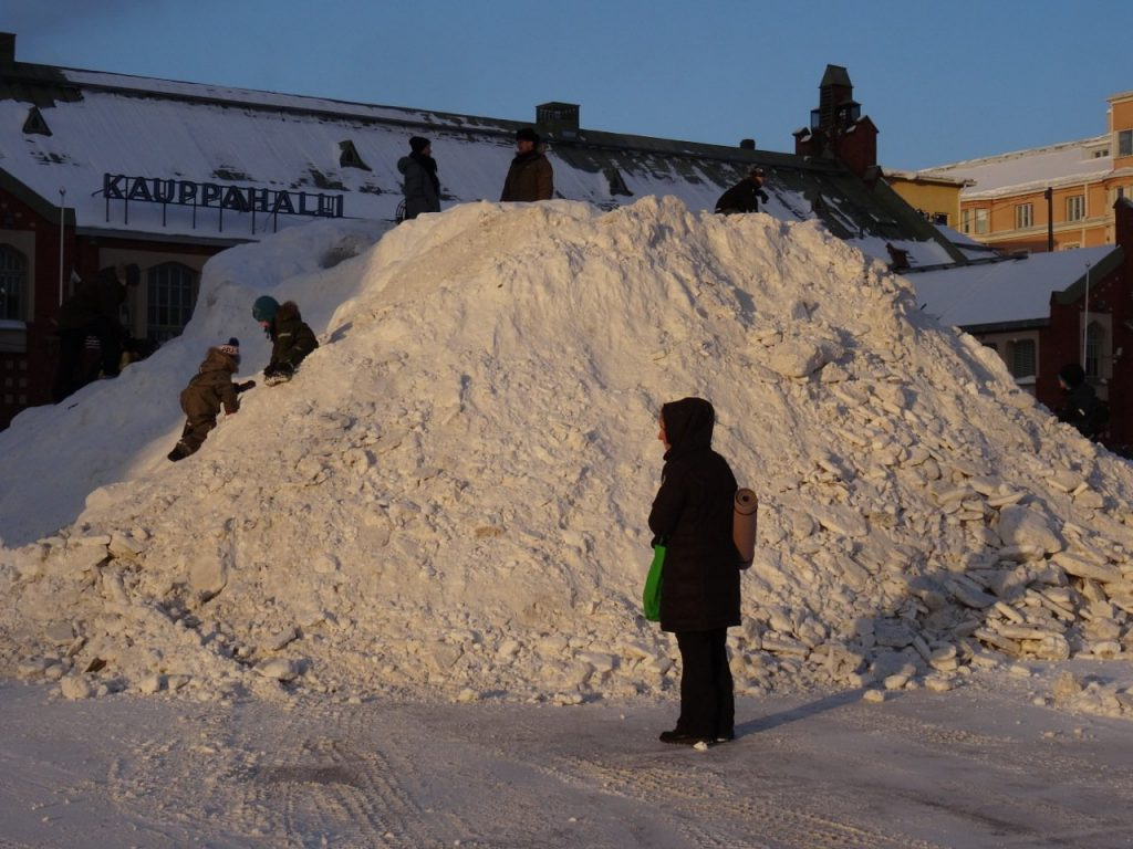 Helsinki im Winter: Schneeberge