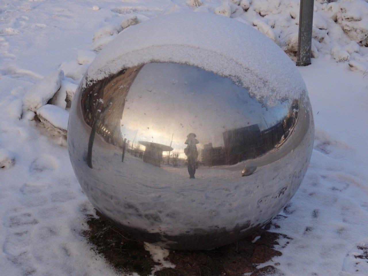 Metall Kugel mit Schnee in Helsinki ©Foto: Tarja Prüss