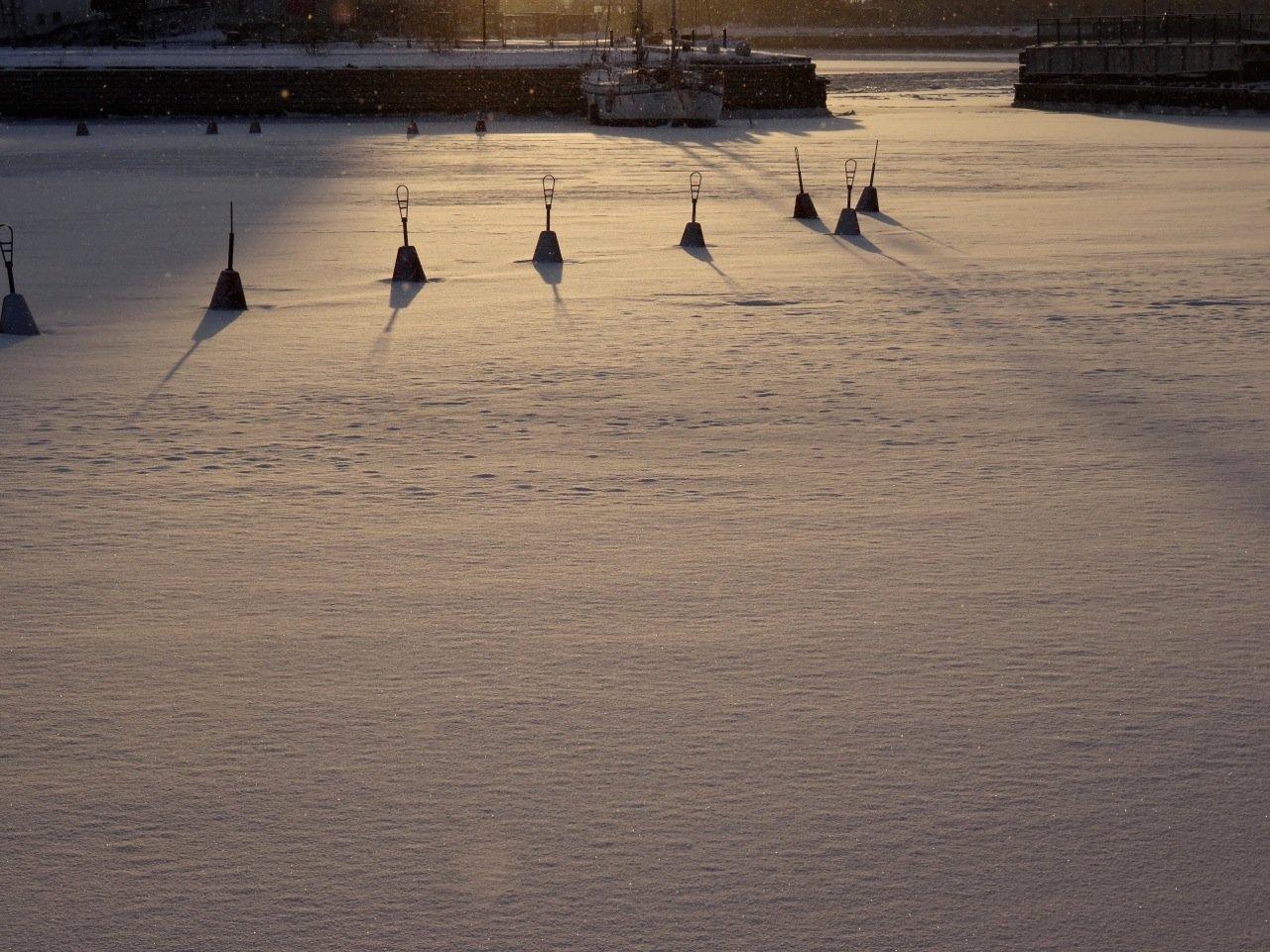 Zugefrorener Hafen mit eingefrorenen Bojen in helsinki im Winter ©Tarja Prüss