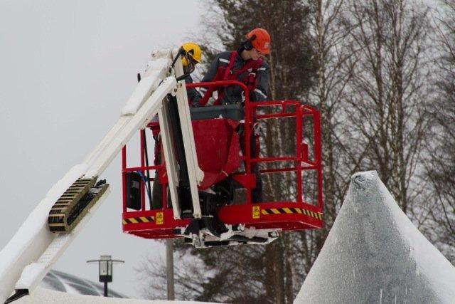 Mensch im Korb an Kran. Experiment: größte Eisbrücke der Welt - Ort: Juukka ©Tarja Prüss   Tarjas Blog - Reiseblog Finnland