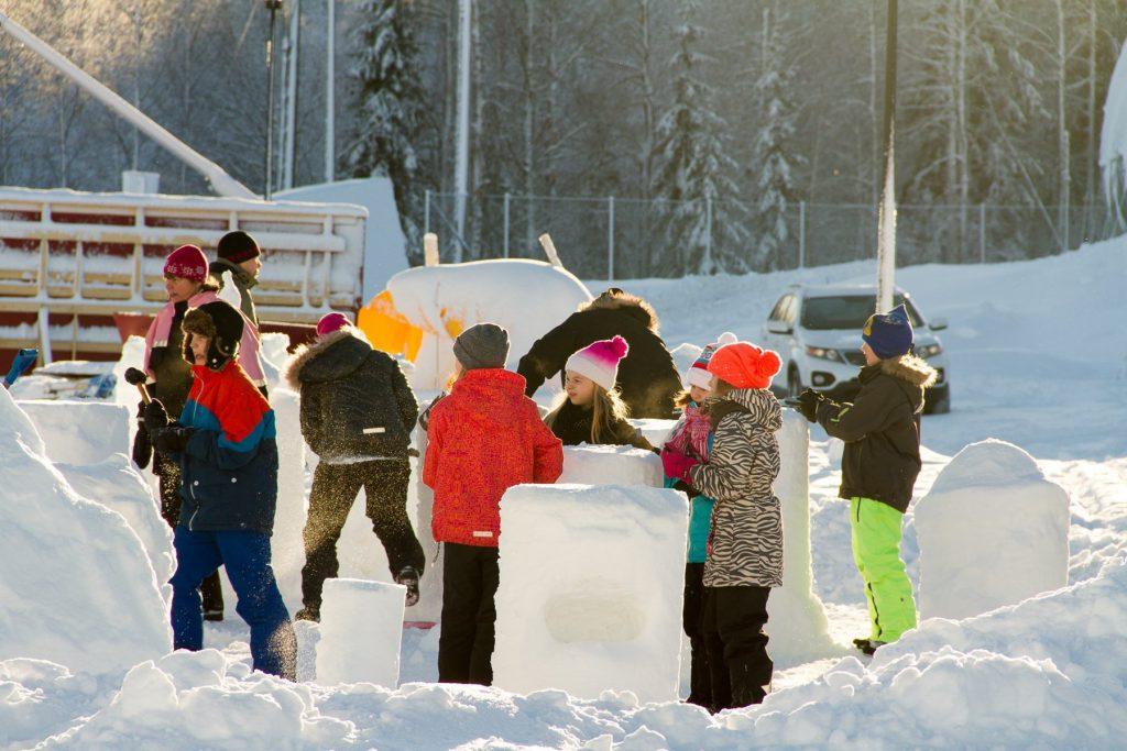 Kinder der umliegenden Schulen besuchen das Eisprojekt in Juuka