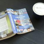"""Buch """"111 Gründe Finnland zu lieben"""" mit Kaffetasse daneben ©Foto: privat"""