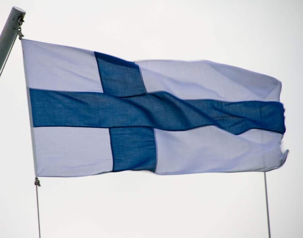 Finnische Fahne im Wind ©Foto: Tarja Prüss | Tarjas Blog- Reiseblog Finnland