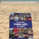 "Buch ""111 Gründe Finnland zu lieben"" am Strand ©Foto: privat"
