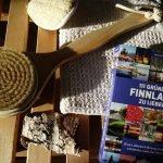 111 Gründe Finnland zu lieben - Buch mit Handtuch auf Saunabank ©Foto: Tarja Prüss   Tarjas Blog - Reiseblog Finnland
