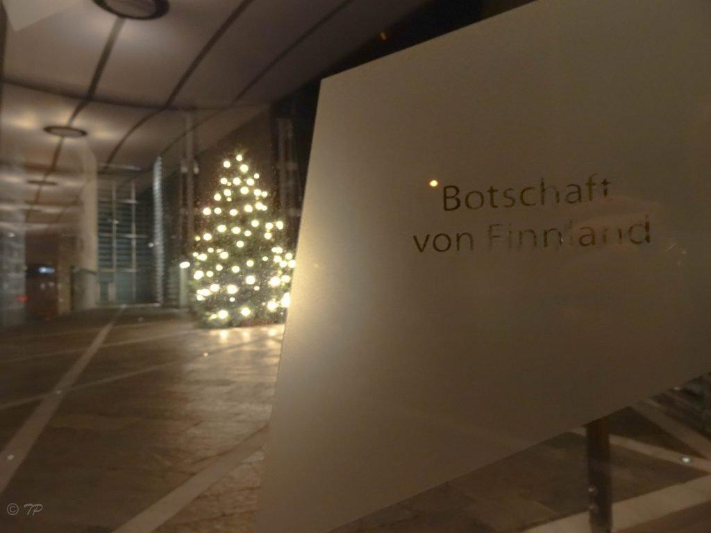Finnische Botschaft weihnachtlich mit erleuchtetem Tannenbaum ©Foto: Tarja Prüss | Tarjas Blog - Reiseblog Finnland