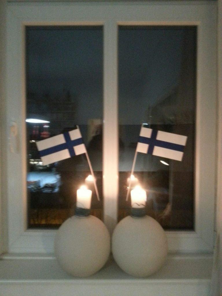 ZWei finnische Fahnen im Fenster