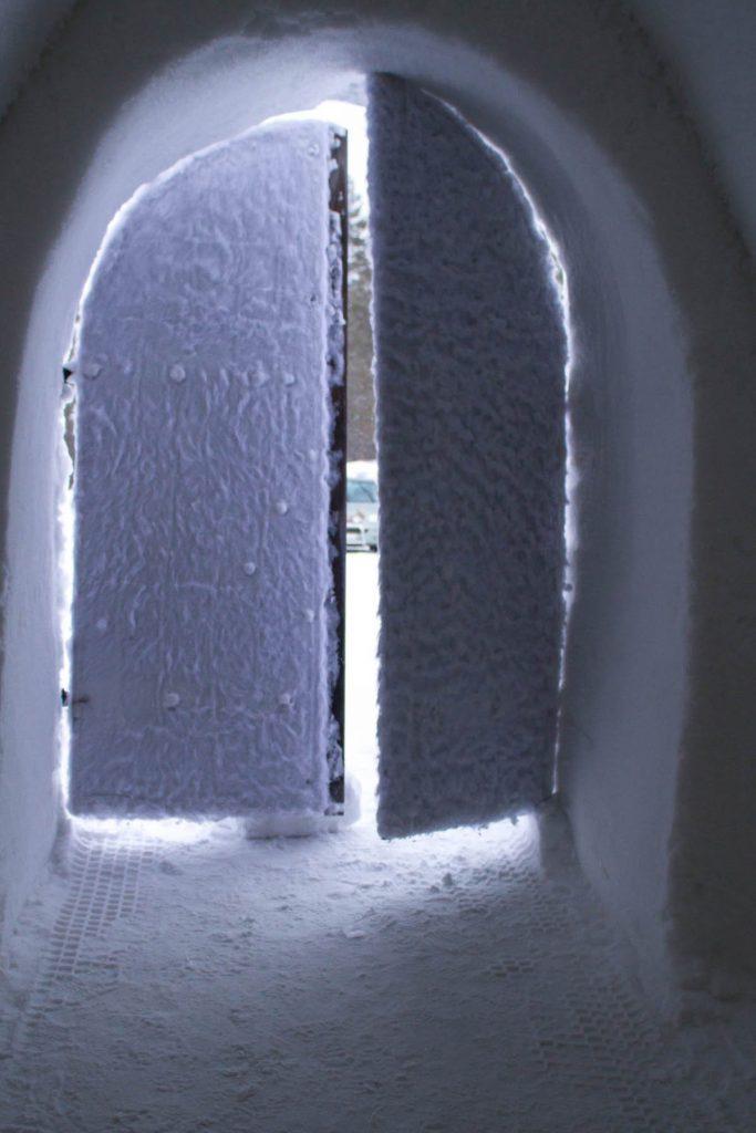 offene Schneetür im Schneehotel Snow Village Lainio Finnland ©Foto: Tarja Prüss | Tarjas Blog