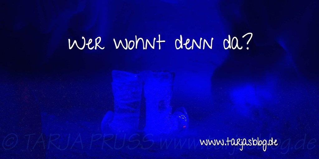 Eishotel Snow village: Stiefel aus Eis im blauen Licht. Schrift: Wer wohnt den da? ©Tarja Prüss | Tarjas Blog - Reiseblog Finnland