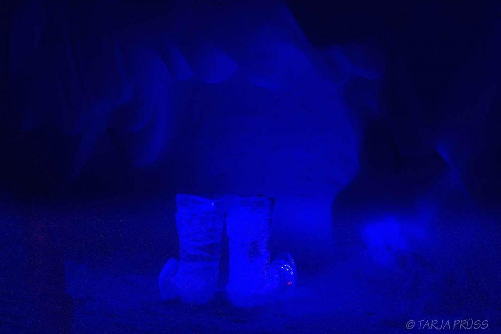 Stiefel aus Eis im blauen Licht im Schneehotel Snow Village Lainio Finnland ©Foto: Tarja Prüss | Tarjas Blog