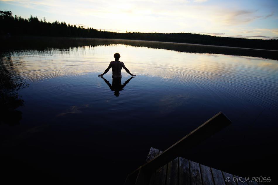 Um Mitternacht ein Mensch geht in den See ©Foto: Tarja Prüss | Tarjas Blog - Reiseblog Finnland