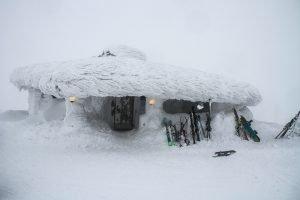 Dick verschneite Hütte in Lappland Finnland. Schier vor der Tür an die Wand gelehnt. © Foto: Tarja Prüss