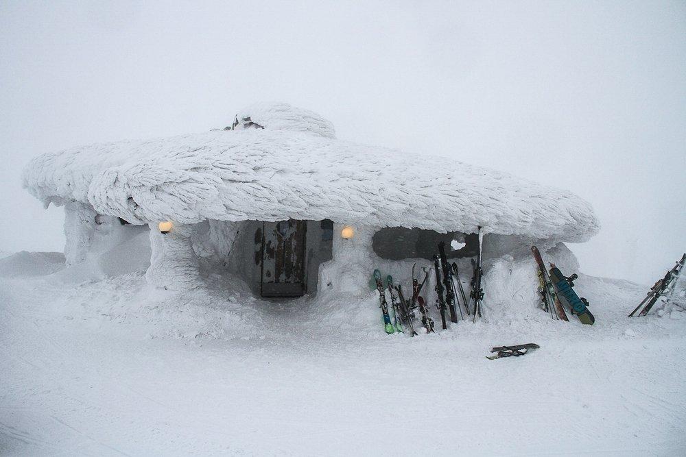 Urlaub in Lappland: Dick verschneite Hütte in Lappland Finnland. Schier vor der Tür an die Wand gelehnt. © Foto: Tarja Prüss